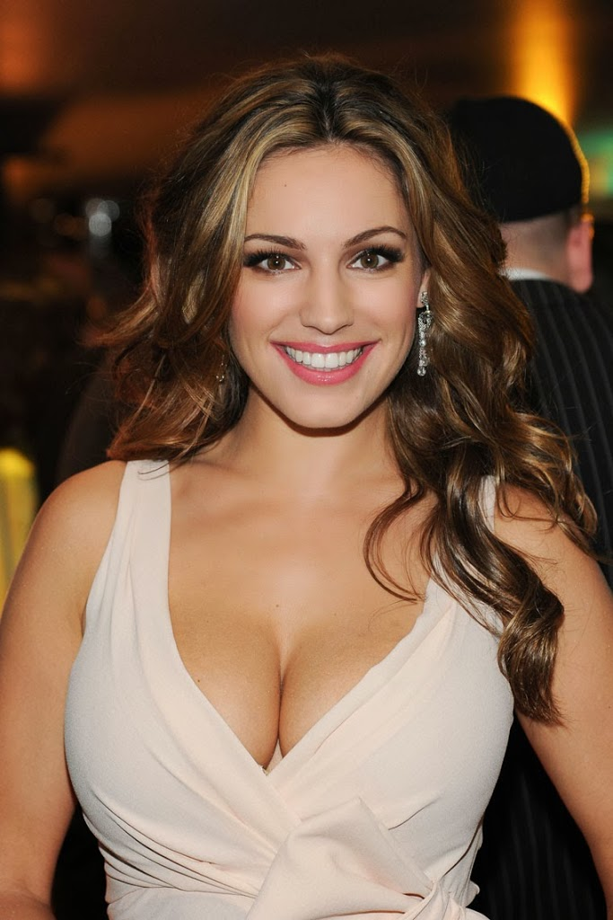 0907-kelly-brook-cleavage-05