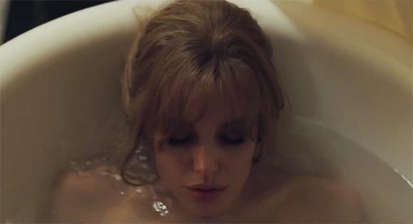 Angelina Jolie mostra peito em novo filme