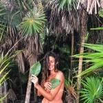 """Totalmente nua, Carolina Loureiro faz declaração de amor a amiga: """"Amo-te"""""""